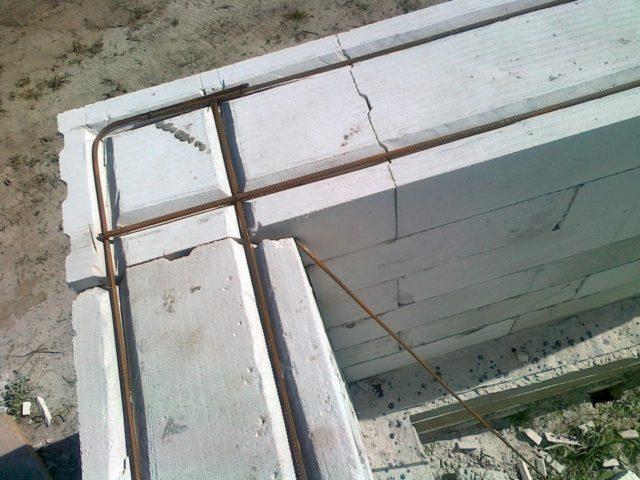 При армировании перегородок арматуру необходимо укладывать на всю ширину проема с заступом в 90 см за его края
