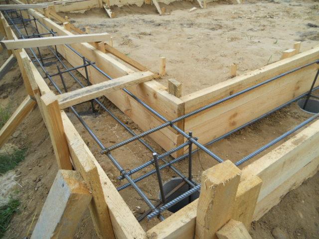 Существует несколько разновидностей обвязки по материалу изготовления — стальная (из швеллера либо двутавра) деревянная (из бруса) и железобетонная