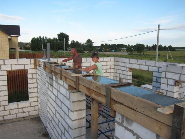 Заливать армопояс под мауэрлат можно только после отвердения клея/раствора для кладки стен