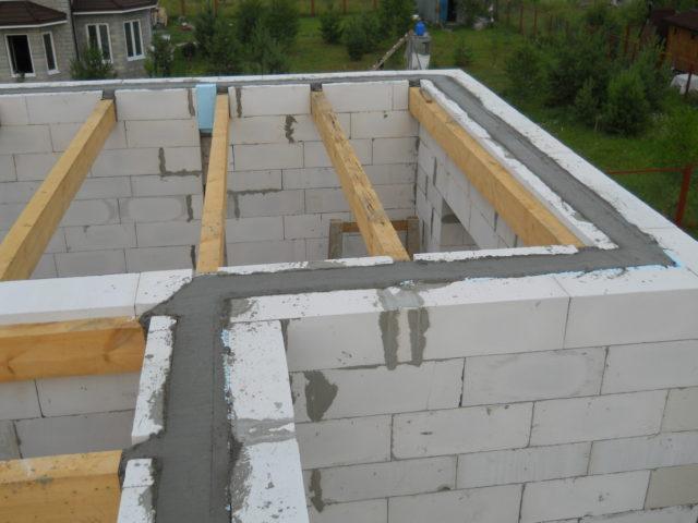 Наличие армирующей конструкции повышает надежность строения и препятствует появлению трещин