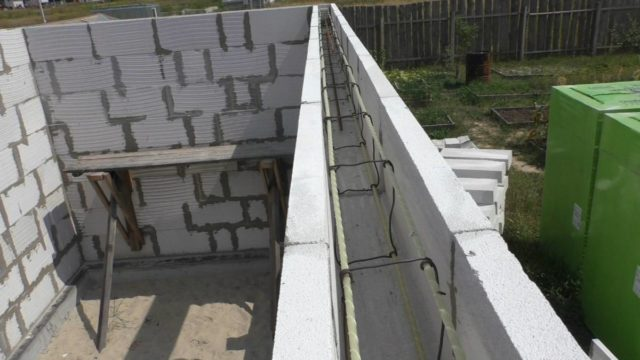Он способствует соединению отдельных частей здания в цельную конструкцию