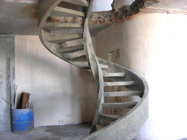 Потому среди прочих материалов, применяемых в изготовлении лестниц, чаще всего используют искусственный камень – бетон