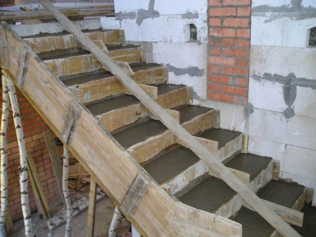 Опалубку для лестницы нестандартной геометрии без значительного опыта в этом деле сделать невозможно