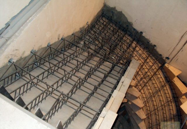 Вдоль несущих граней укладывают стальные прутья и соединяют поперечными связями