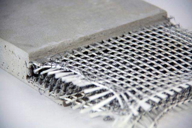 Песок и цемент может добавляться как после измельчения, так и в процессе перемешивания