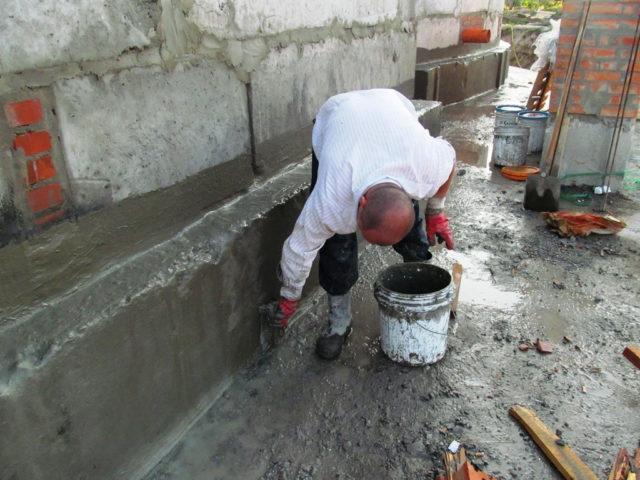 Обмазочная гидроизоляция с помощью битумных мастик является более современным способом отсечения воды от монолитной плиты