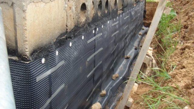 По периметру фундамента полосы гидроизоляционного материала загибаются вверх примерно на 10-15 см