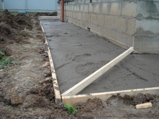 После абсолютного застывания бетонной смеси на неё можно укладывать покрытие