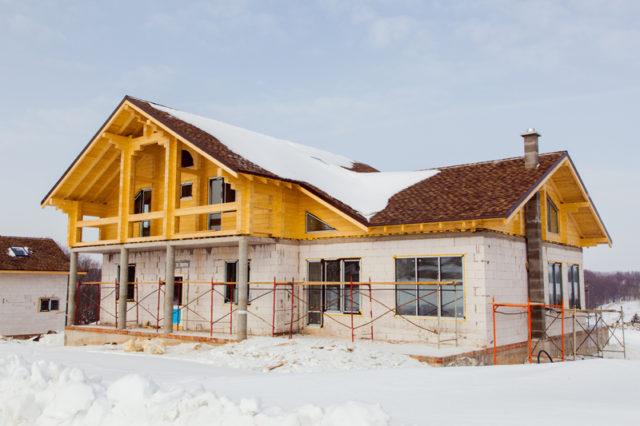Большинство строительных материалов в зимний период можно хранить прямо под открытым небом, достаточно лишь накрыть их сверху рубероидом или полиэтиленовой плёнкой