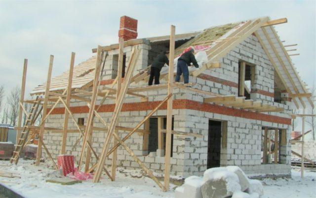 Укладка блоков в осенне-зимний период допускается, при этом низкая температура никак не сказывается на качестве кладки