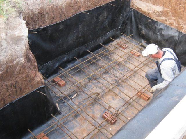 Перекрытие погреба при таком расположении находится на уровне земли или чуть выше