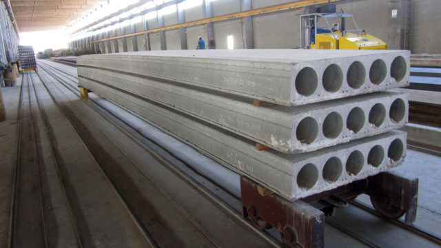 Для изготовления плит пользуются тяжелым, легким либо плотным силикатным армированным бетоном