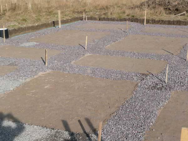 Щебеночная подсыпка обычно составляет около 30 см, треть из которых – песок, а две трети – гравий