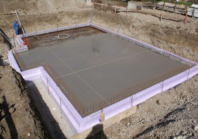 Толщина этой опорной площадки должна превышать фундамент на 30 см