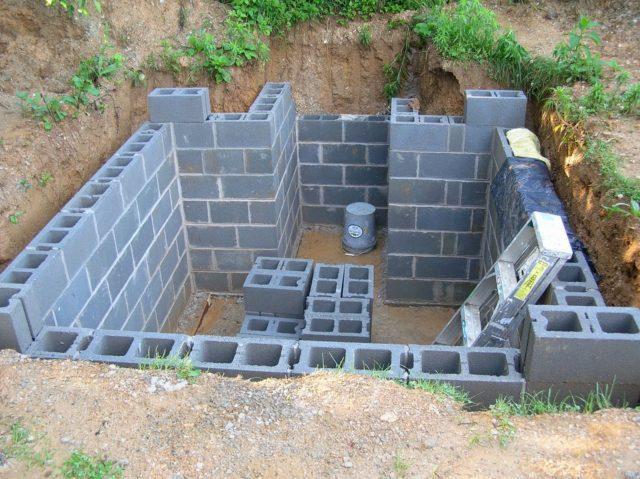 Силикатный кирпич и шлакобетон для возведения стен погреба лучше не использовать