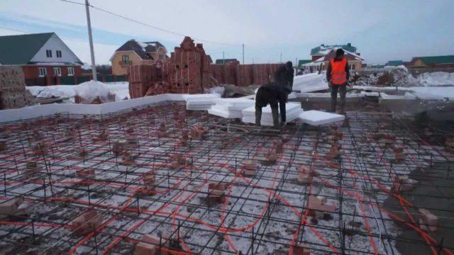 После того, как бетон наберет определенную прочность, он может противостоять морозу без ущерба прочности