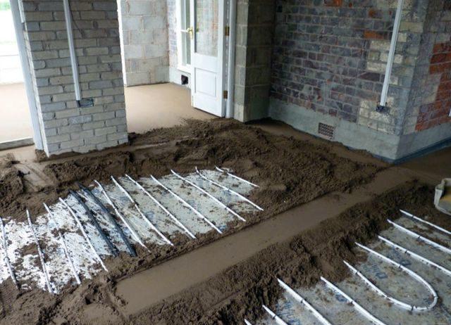 Мусор и грязь тщательно выдувается или выметается с поверхности