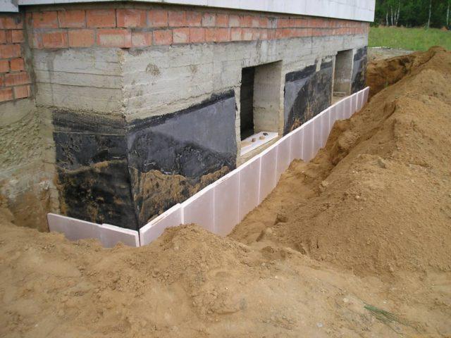 Профессиональные строители считают, что целесообразно утепление фундамента с домом на зиму выполнять одновременно, теплоизолируя все проблемные зоны