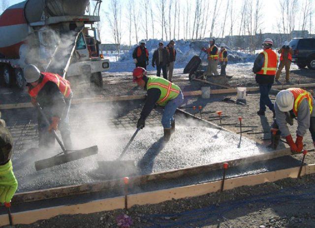 Замерзающая в бетонной массе вода станет кристаллизоваться и увеличиваться в объеме