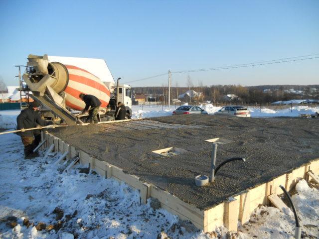 На выбор метода зимнего бетонирования влияет внушительное количество факторов, таких как имеющиеся на площадке источники электропитания, прогноз синоптиков на период твердения, возможность привести разогретый раствор