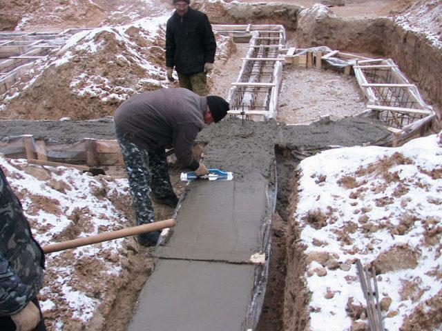 Чтобы знать, каким методом лучше воспользоваться для выдерживания бетона до критических показателей прочности, нужно знать их характерные особенности