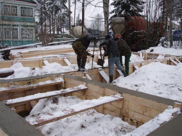 Если перерывов не избежать, интервалы между заливками бетонного раствора необходимо свести к минимуму