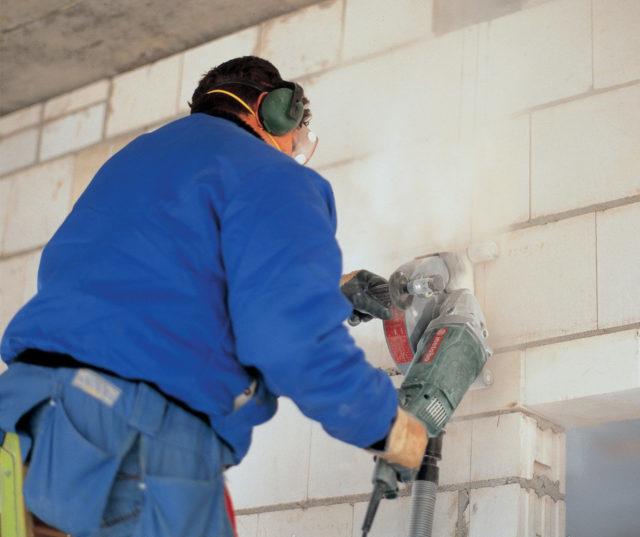 Из-за отсутствия строительной пыли и отлетающих осколков этот метод признан одним из самых безопасных для человека