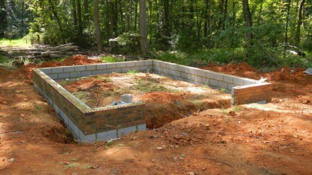 Благодаря качественному подбору материалов, фундамент долгое время не будет нуждаться в проведении ремонтных работ