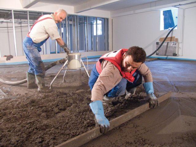 Для того чтобы готовая поверхность в период высыхания не растрескивалась, ее необходимо систематически смачивать водой