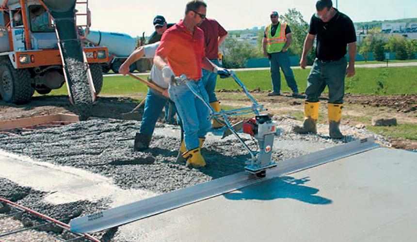 Укладка бетона с помощью виброрейки