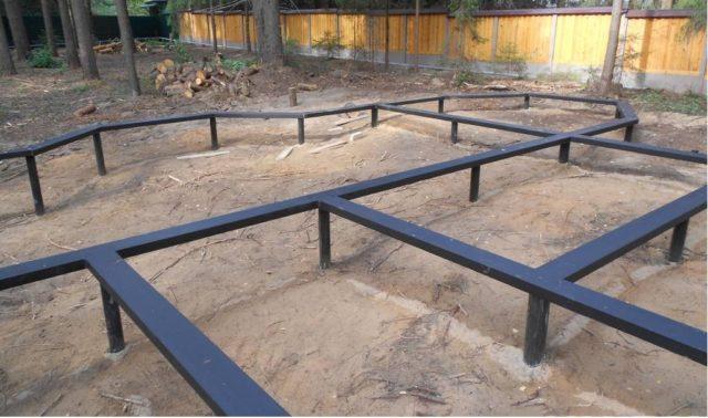 Помимо всего прочего свайные фундаменты разрешено обустраивать под здания на твердых грунтах, если это экономически обоснованно