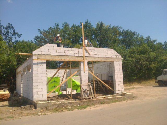 Достаточно высокое влагопоглощение делает обязательным внешнюю отделку стен с созданием защиты от атмосферных осадков
