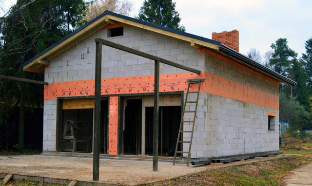 В случае, если планируется возведение двускатной крыши, можно продолжить кладку для создания переднего и заднего фронтона