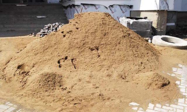 Известно, что в ходе приготовления бетона сперва нужно перемешать песок с порошком и только затем насыпать щебень и заливать воду