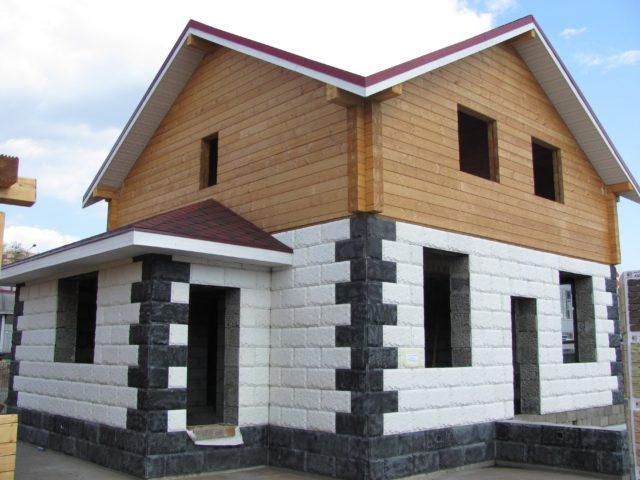 Использование строительных блоков для возведения монолитно-каркасных построек и невысоких зданий обоснованно популярное решение