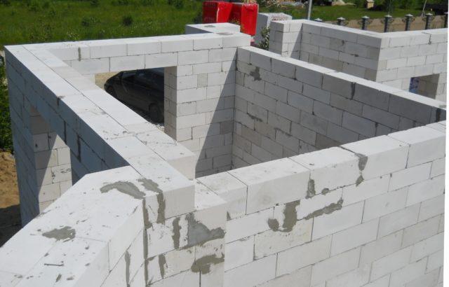 Помимо дерева и кирпича, последнее время широкое распространение получили строительные блоки