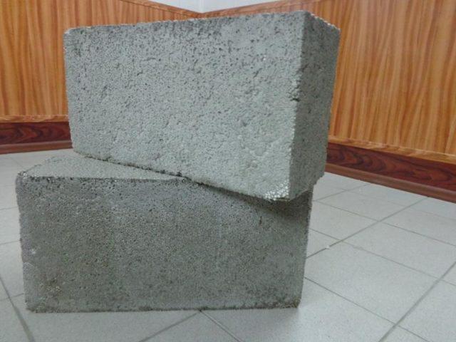 Материал можно использовать не только для возведения стен и перегородок, но в качестве стяжки или утеплителя