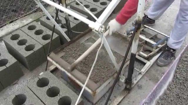 В качестве главной детали самодельного станка для шлакоблока выступает матрица, которая имеет форму для установки раствора