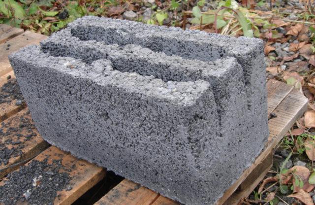 Шлакоблоком называют строительный материал, по внешнему виду схож с камнем, который изготавливают с применением метода вибро пресса