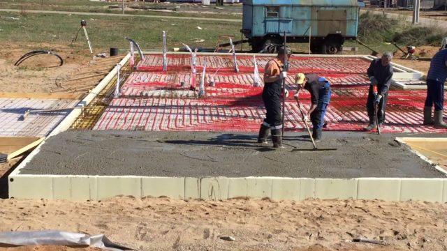 Перед тем, как укладывать плиты обязательно производятся расчеты необходимой толщины фундамента в зависимости от типа грунта, размера стен и типа коммуникаций
