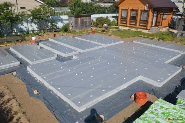 Обычный монолитный фундамент имеет очень толстый слой бетона, а УШП, в отличие от него, таким слоем не располагает