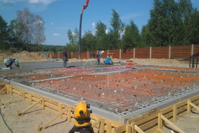 Дополнительный слой гидроизоляционного материала в фундаменте нужен для того, чтобы уберечь фундамент от грунтовых вод