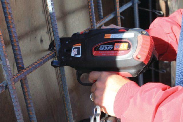 Для армирования конструкций, всё чаще применяется пистолет для вязки арматуры
