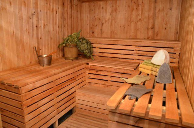 Стены можно покрасить полимерными красками, обшить древесиной или облицевать керамической плиткой