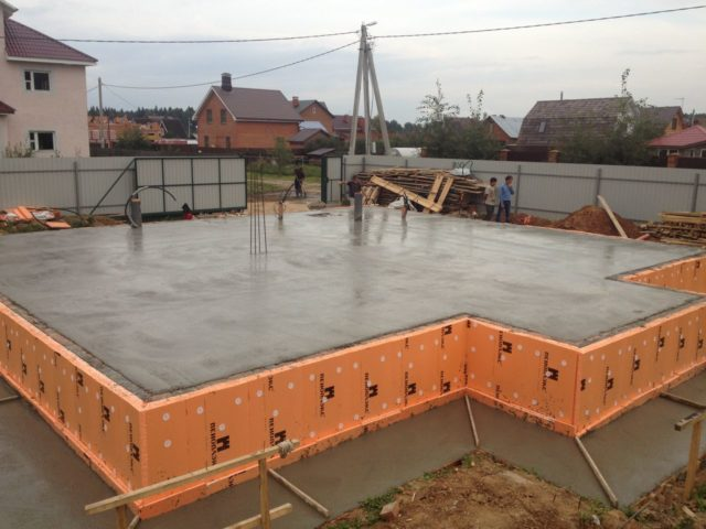 Плитный фундамент укрепляется помощью арматурного каркаса по всей площади дома