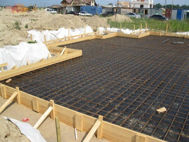Перед тем как начинать строительство, нужно оценить, что собой представляет плитный фундамент, плюсы и минусы материала