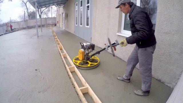 После проведения шлифовки пол из бетона становится свежий и имеет повышенную адгезию