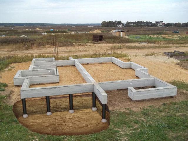 Столбчато-ленточный вариант представляет собой конструкцию из армированных бетонных связанных железобетонным ростверком свай