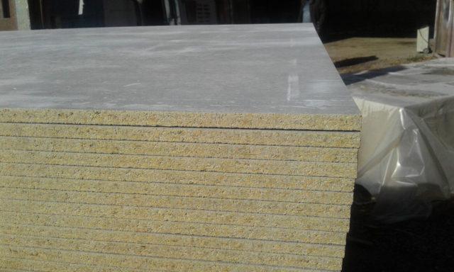 При производстве используется мелкофракционный цемент, в результате чего поверхность выглядит гладкой и серой