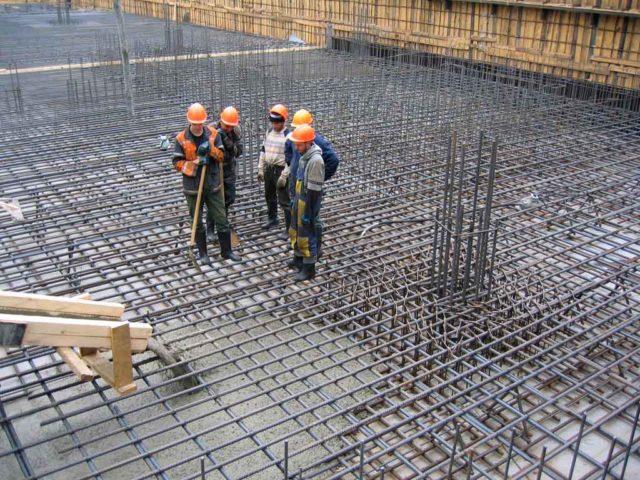 Обычно арматурный каркас создают из стальных стержней, которые могут иметь ребристую или гладкую поверхность
